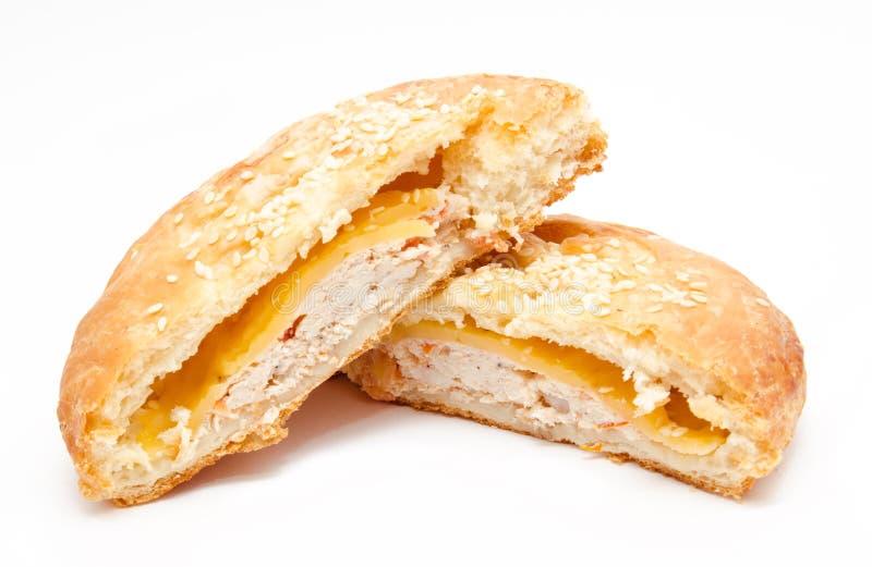 Coupez la pâte feuilletée fraîche avec le poulet d'isolement images stock