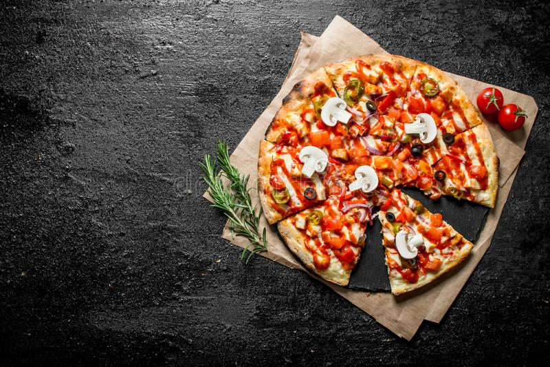 Coupez la pizza mexicaine sur le papier image libre de droits