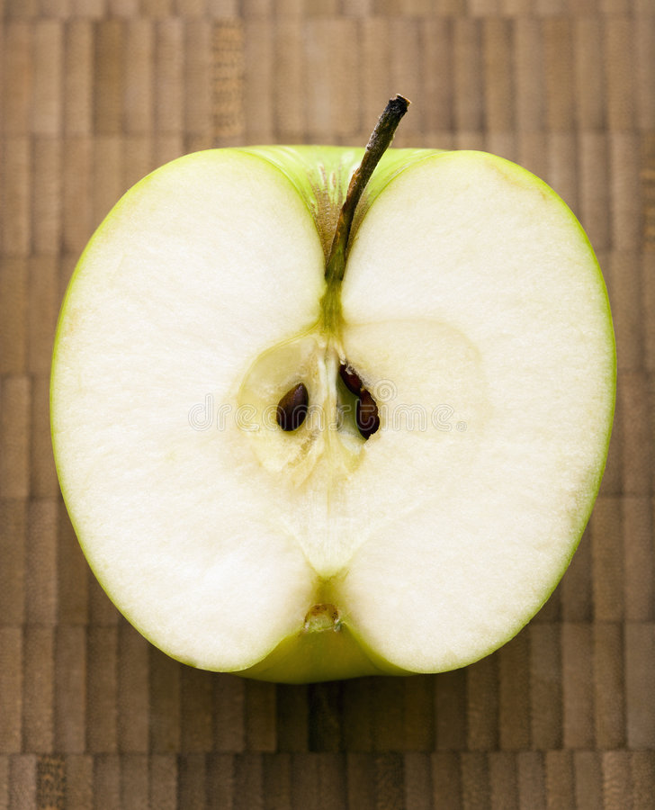 Coupez la pomme. photos stock