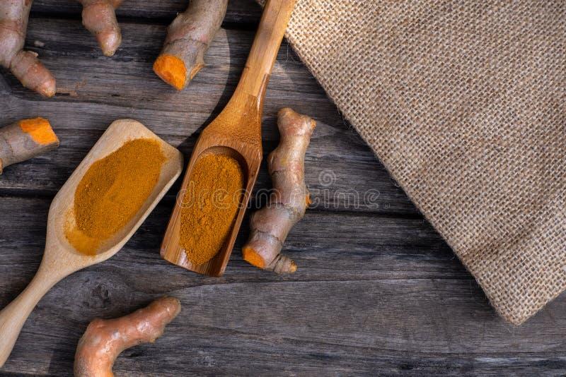 Coupez la tige fra?che de safran des indes sur le fond en bois, concept d'herbe, ?pice asiatique traditionnelle images libres de droits