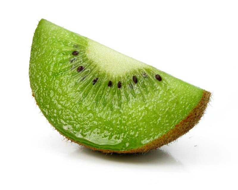 coupez le blanc d'isolement de kiwi de fruit frais photos libres de droits