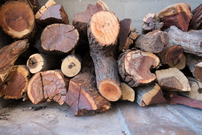 Coupez le bois de construction empilé pour l'usage comme bois de chauffage photographie stock libre de droits