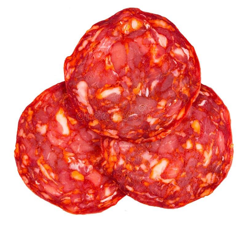 Coupez le chorizo espagnol de saucisse ou de salami D'isolement sur le blanc photos libres de droits