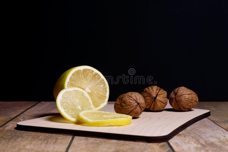 Coupez le citron images stock