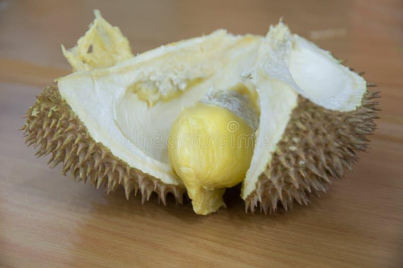 Coupez le durian frais avec la chair jaune mûre image stock