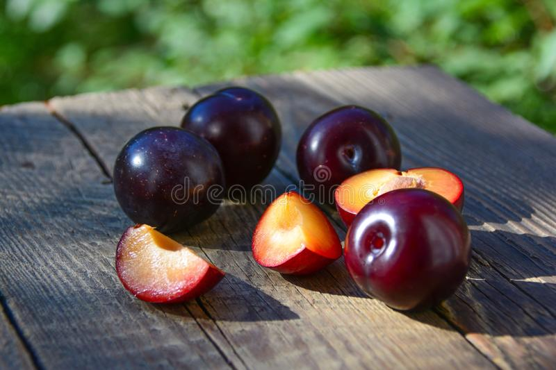 Coupez le fruit de prune photographie stock libre de droits
