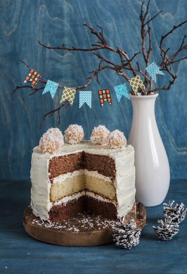 Coupez le gâteau de couche triple de chocolat Gâteau de chocolat de lait, de blanc et de noir image libre de droits