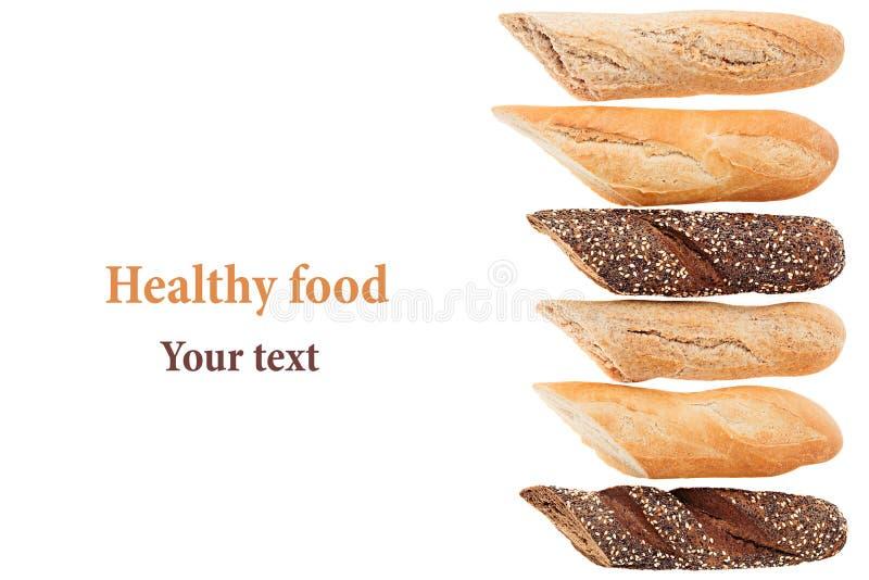 Coupez le pain de baguette de différentes variétés sur un fond blanc Rye, blé et pain entier de grain photos stock