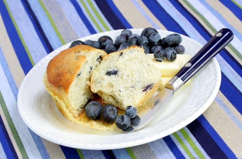 Coupez le pain et les myrtilles de myrtille photos stock