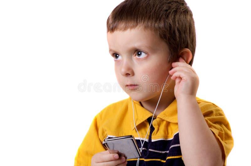 Garçon écoutant la musique image libre de droits