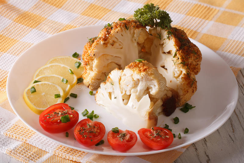 Coupez le plan rapproché cuit au four par chou-fleur d'un plat horizontal photo stock