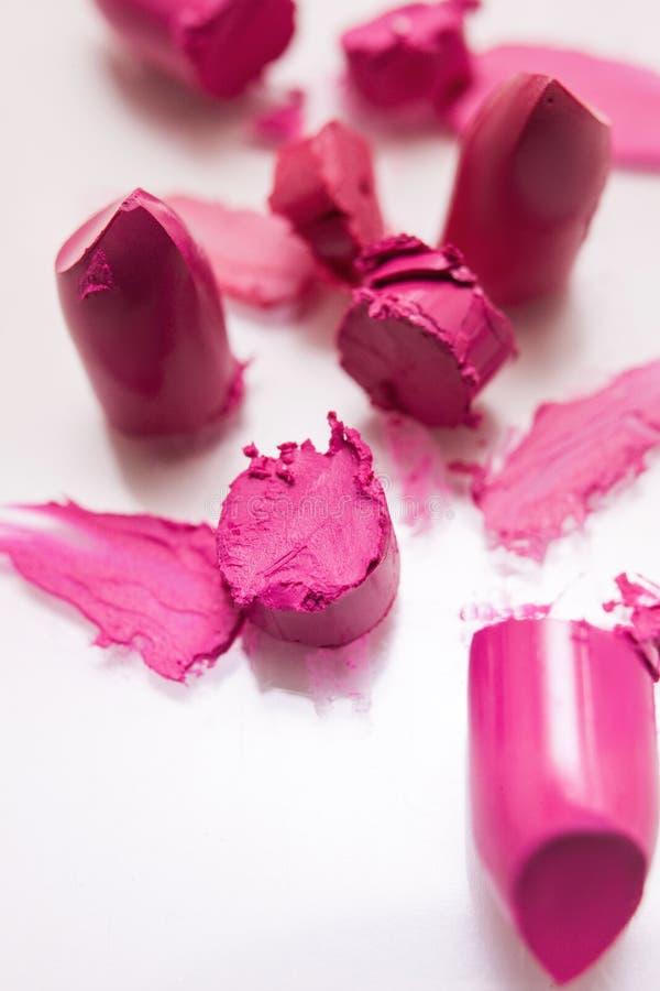 Coupez le plan rapproché rose de rouges à lèvres sur le fond blanc photo libre de droits