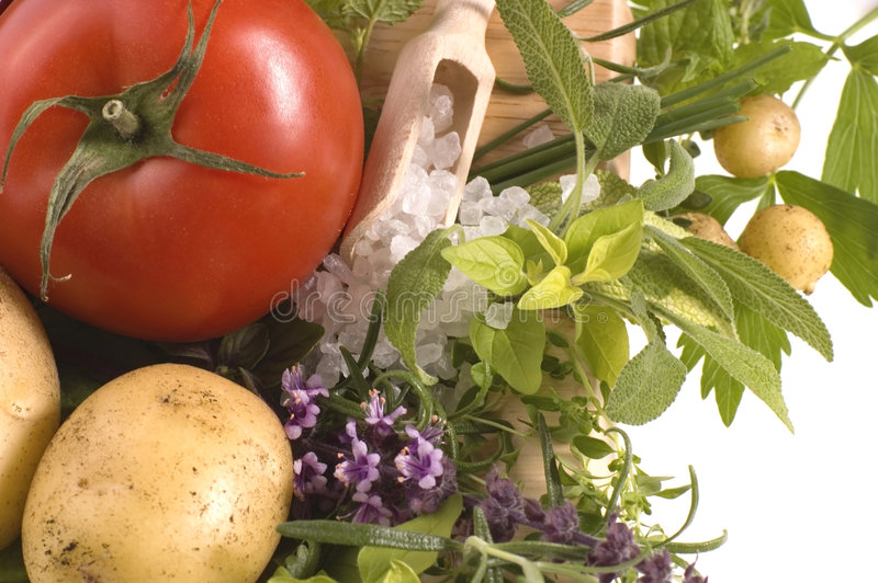 Coupez les herbes et les légumes frais image libre de droits