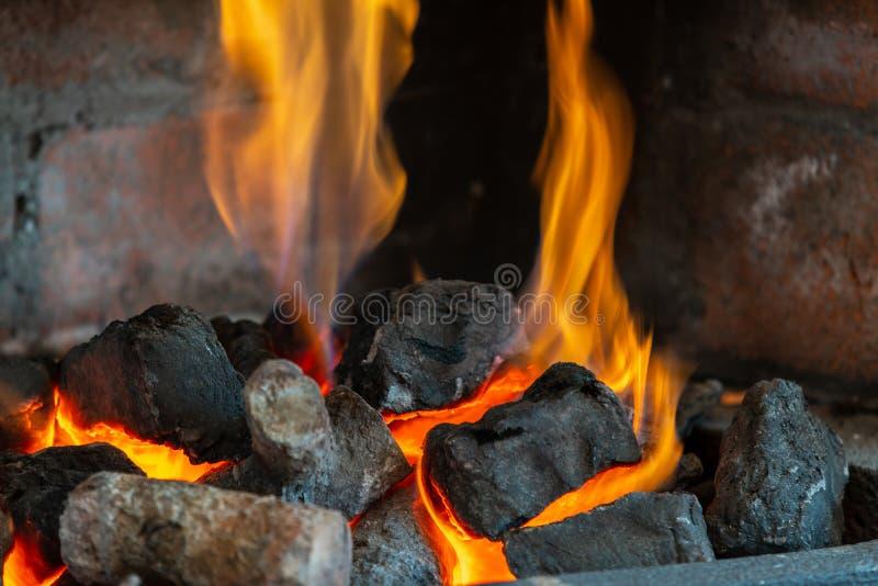Coupez les rondins en bois pour une cheminée photographie stock libre de droits