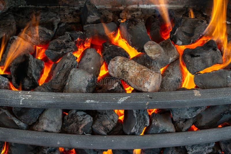 Coupez les rondins en bois pour une cheminée photos stock