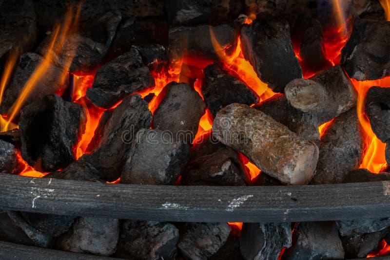 Coupez les rondins en bois pour une cheminée photo libre de droits