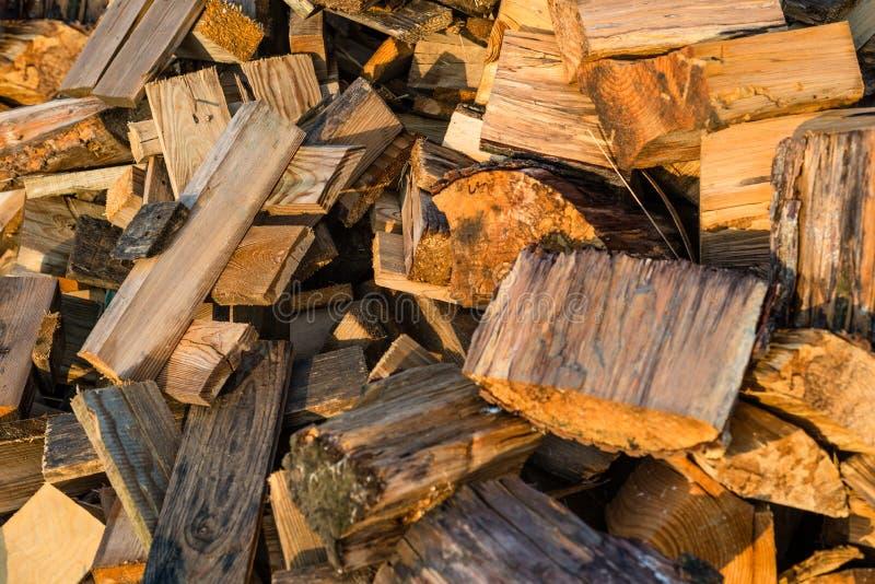 Coupez les troncs, une pile de bois de chauffage, un tir de plan rapproché, fond en bois photos stock