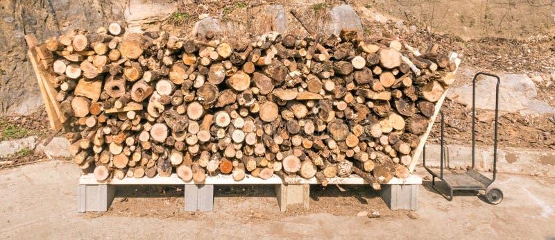 Coupez ouvre une session le support en bois de pile photo stock