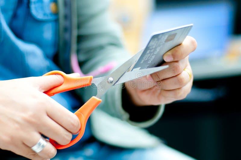 Coupez par la carte de crédit images libres de droits