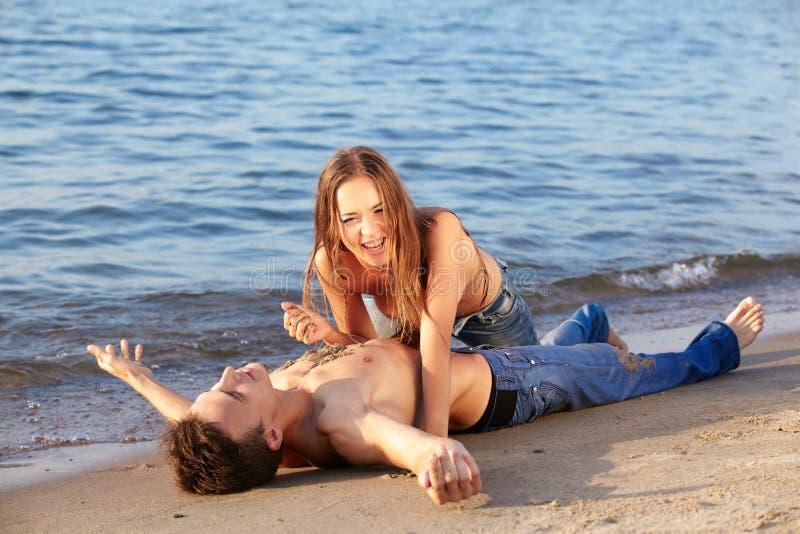 Жопу засунул видео как мужчина и женщина показывают свой интим на пляже