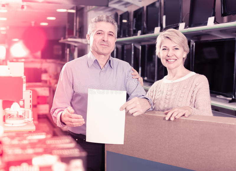 Couple are buying in store on credit royalty free stock photos