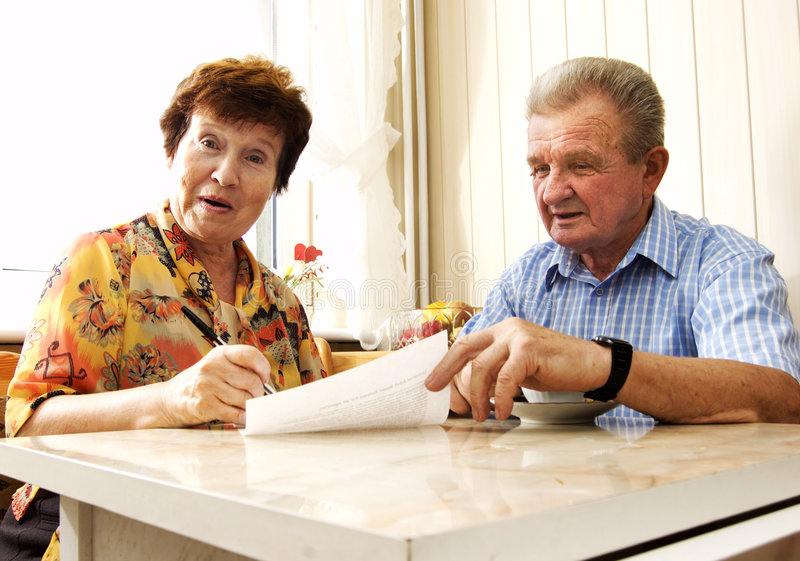 couple document senior signing στοκ εικόνα με δικαίωμα ελεύθερης χρήσης