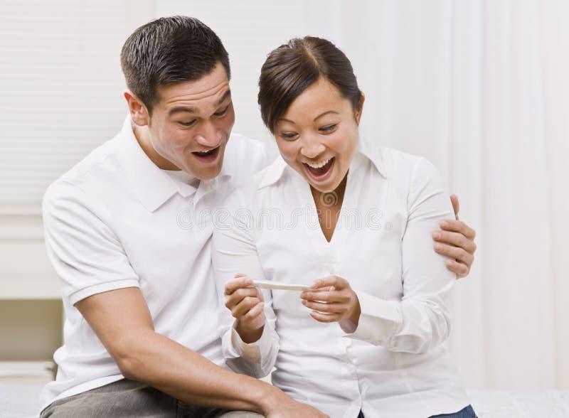 couple ecstatic looking pregnancy test στοκ εικόνες με δικαίωμα ελεύθερης χρήσης