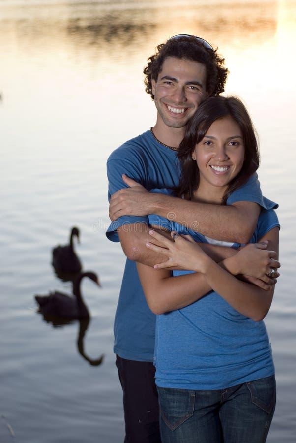 couple embraces pond vertical στοκ εικόνα με δικαίωμα ελεύθερης χρήσης