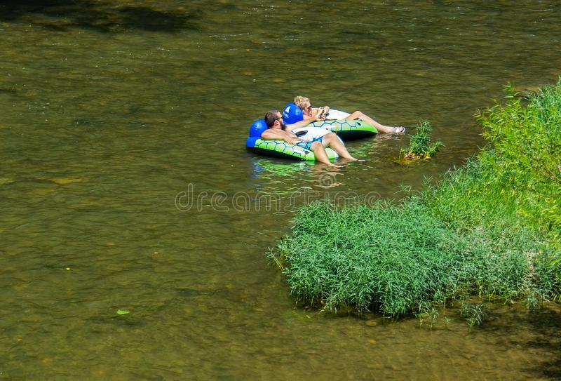 Couple Enjoy a Summer Day on Roanoke River lizenzfreie stockfotos