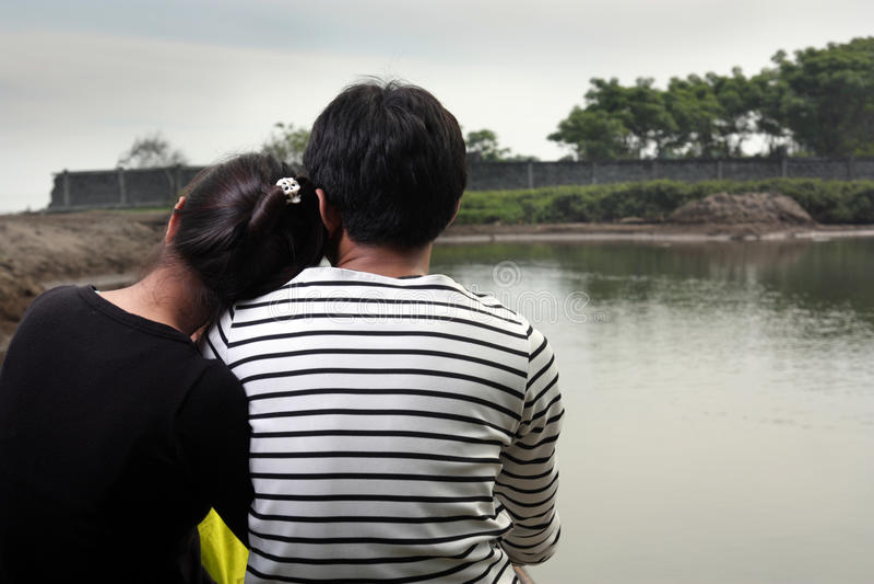 couple facing happy wall στοκ φωτογραφίες