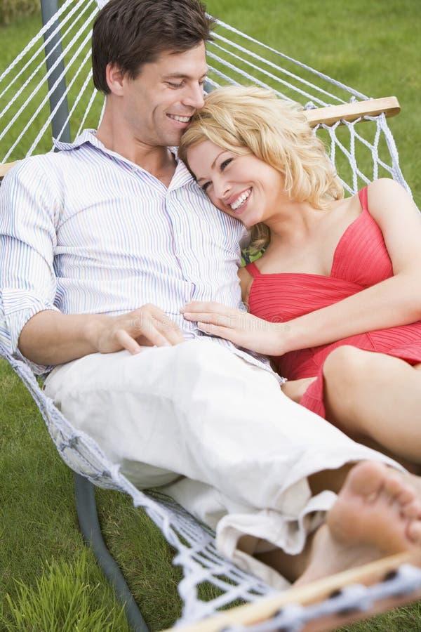 couple hammock relaxing smiling στοκ εικόνα με δικαίωμα ελεύθερης χρήσης