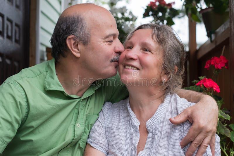 couple happy love senior Πάρκο υπαίθρια στοκ εικόνες με δικαίωμα ελεύθερης χρήσης