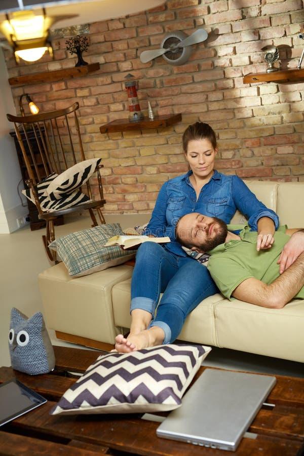 couple home relaxing στοκ φωτογραφίες με δικαίωμα ελεύθερης χρήσης