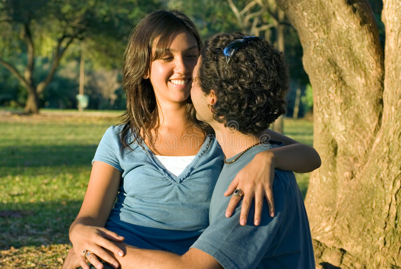 couple horizontal sitting woods στοκ εικόνα με δικαίωμα ελεύθερης χρήσης