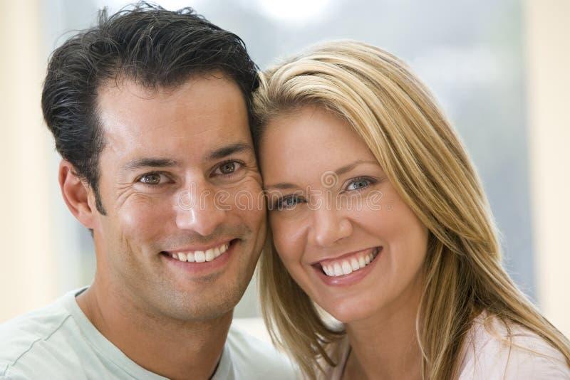 couple indoors smiling στοκ φωτογραφίες με δικαίωμα ελεύθερης χρήσης