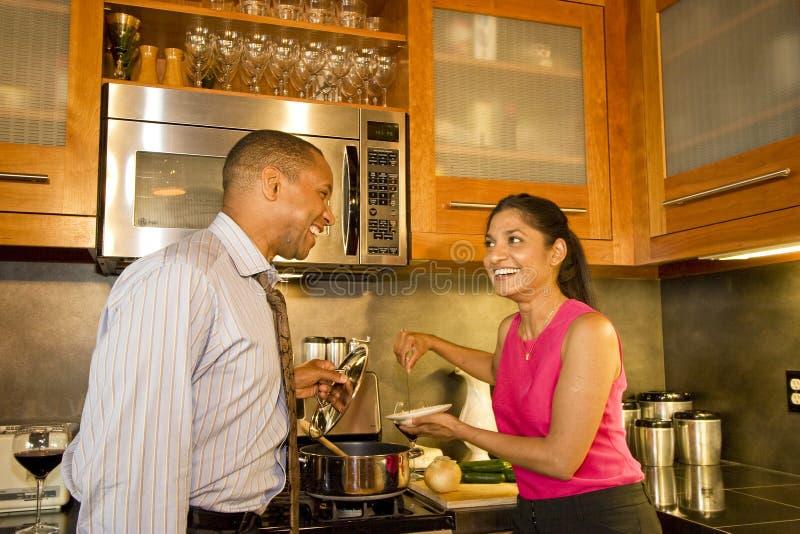 couple kitchen στοκ φωτογραφία με δικαίωμα ελεύθερης χρήσης
