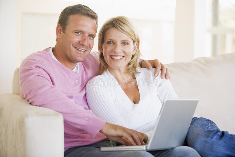 couple laptop living room using στοκ φωτογραφία με δικαίωμα ελεύθερης χρήσης