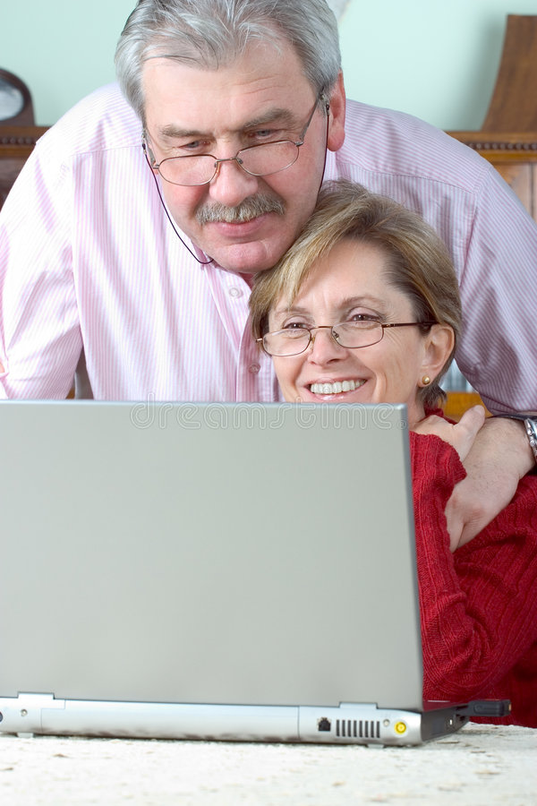 couple laptop mature using στοκ εικόνες