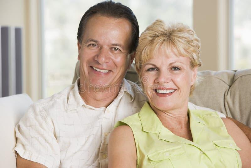 couple living relaxing room smiling στοκ εικόνα με δικαίωμα ελεύθερης χρήσης