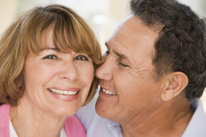couple living relaxing room smiling στοκ εικόνες με δικαίωμα ελεύθερης χρήσης