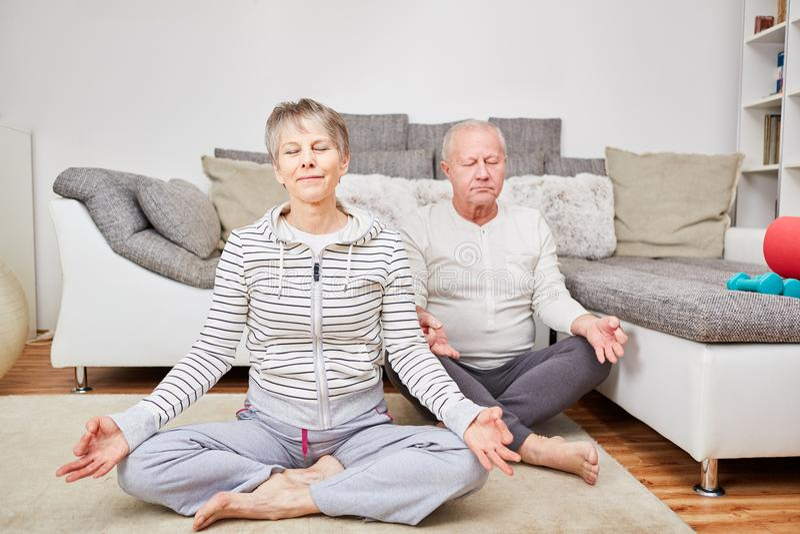 couple meditating senior στοκ εικόνα
