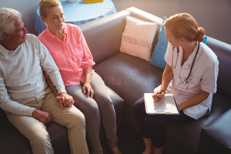 couple nurse senior talking to στοκ φωτογραφία με δικαίωμα ελεύθερης χρήσης
