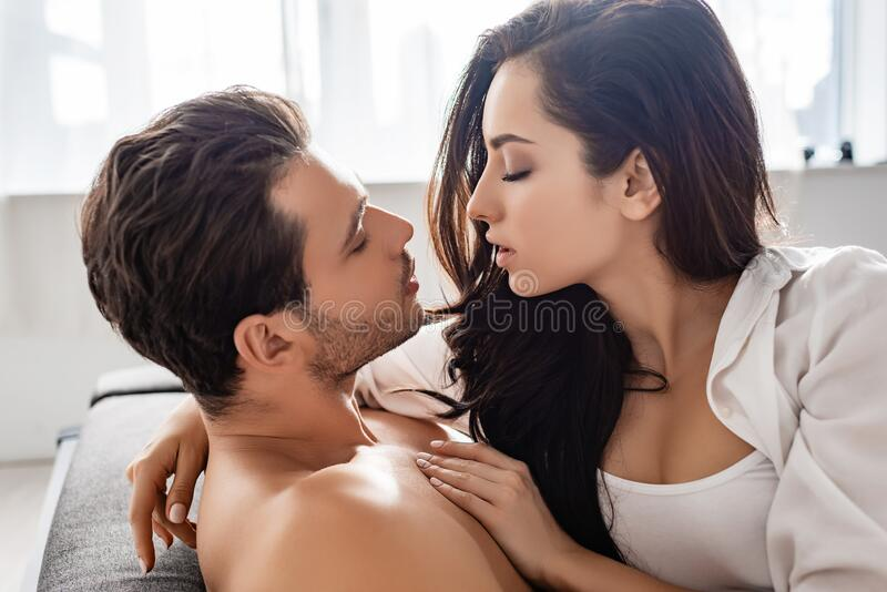 Couple passionné les yeux fermés photographie stock