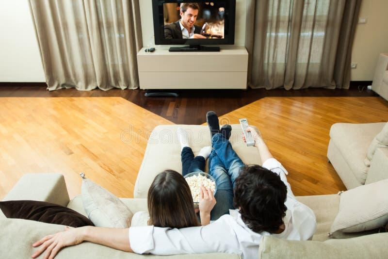Couple som håller ögonen på en film royaltyfri bild