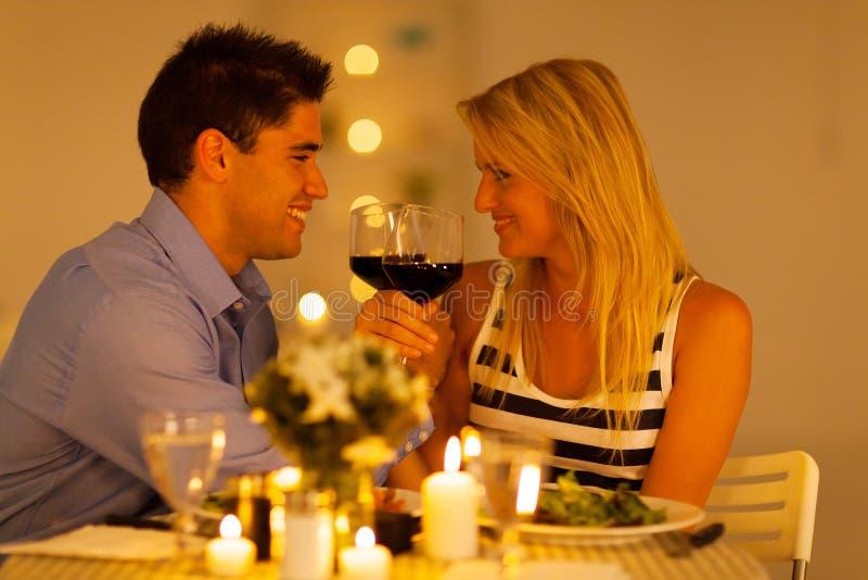 Couple som tycker om wine arkivfoton