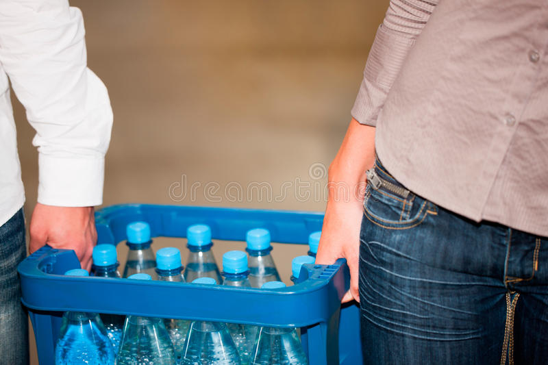 Couple In Supermarket Buying Beverages Royalty Free Stock Photos