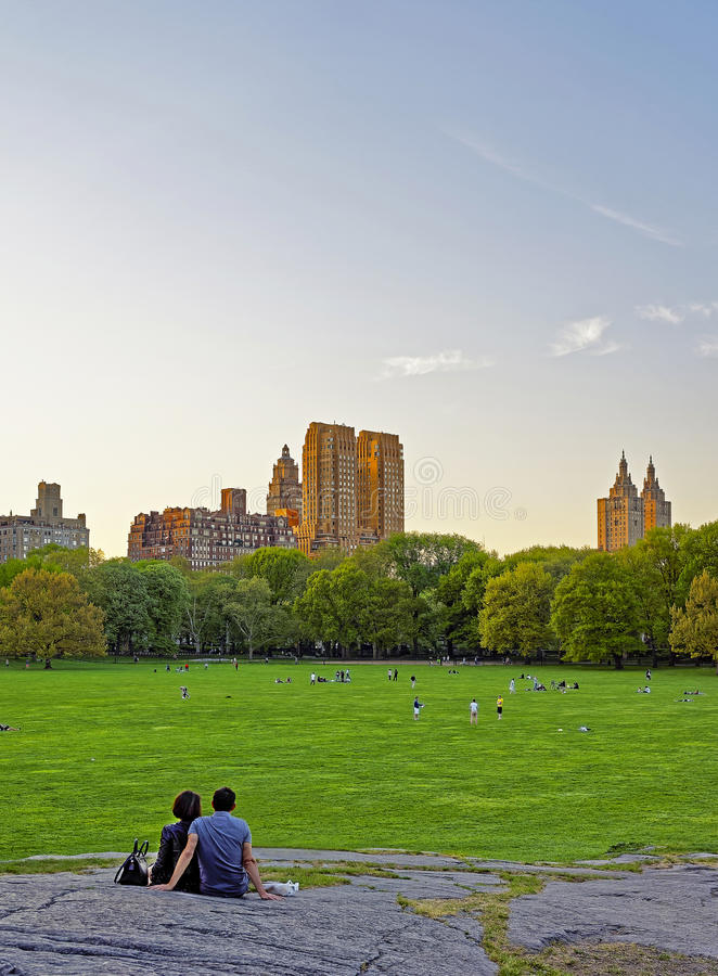 Couple at Uptown Manhattan skyline in Central Park West stock photography