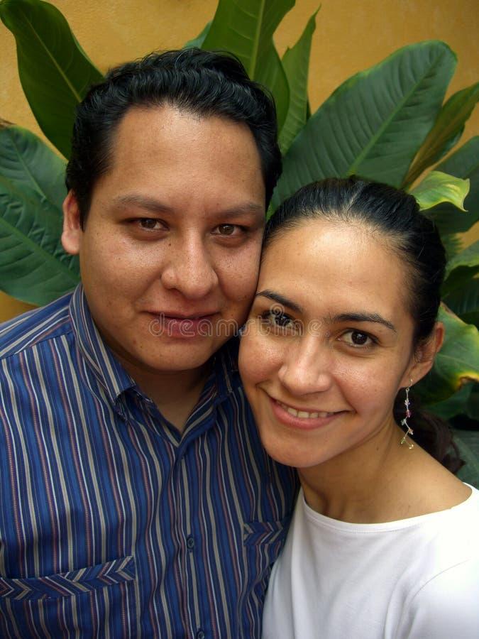 Couple-Vertical hispanique heureux photographie stock libre de droits