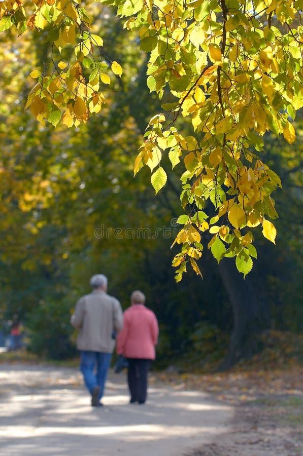 couple walking στοκ φωτογραφίες