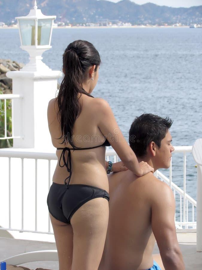 Coupleby o oceano que dá a massagem foto de stock